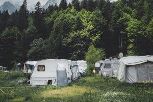 Sfeerbeeld van caravans op een camping met een mover verplaatsen