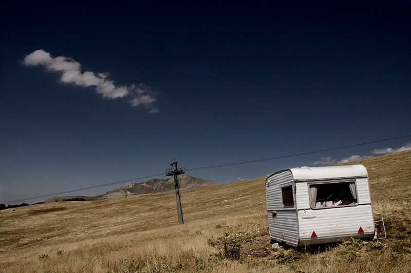 Sfeerbeeld Van Een Caravan Waaraan Geen Accu Onderhoud Is Gepleegd