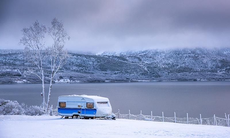 Afbeelding Van Een Caravan Met Accu In De Winter